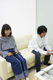 ゲームをする中学生
