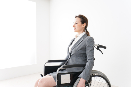 車椅子に乗って仕事をする外国人の女性