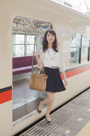 電車から降りる女性