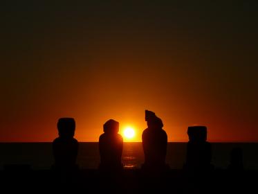 チリ・イースター島のアフタハイにてモアイ像と海の水平線に沈む真っ赤な夕日