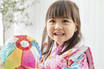 紙風船で遊ぶ七五三の日本人の女の子