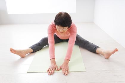 体操をする高齢の女性