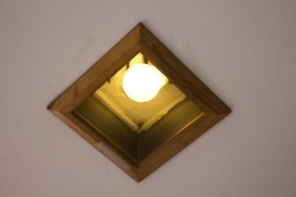 建物天井の白熱電球