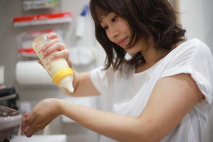 ミルクの温度を確認する母親