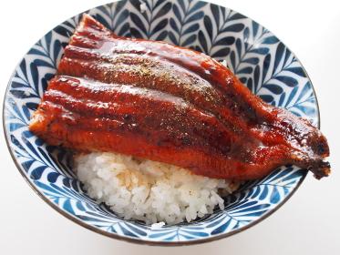 照りのある鰻を熱々ごはんにのせた丼