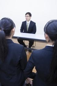 面接を受ける大学生