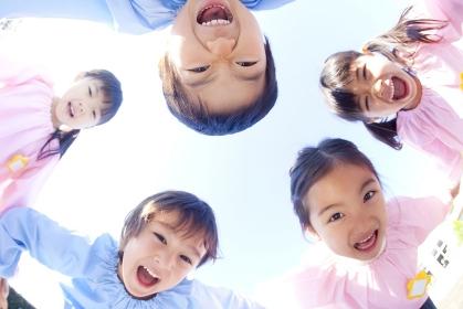 輪になって笑う幼稚園児5人