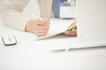 ペンを持つビジネスウーマン