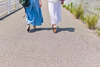 歩く女性足元