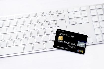 クレジットカードとキーボード_ブラック3780