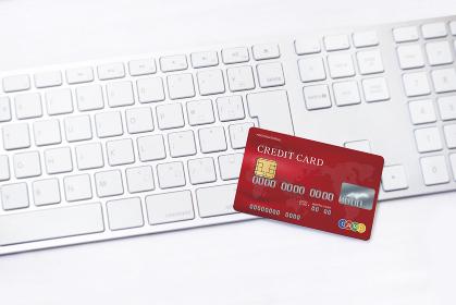 クレジットカードとキーボード_レッド3780