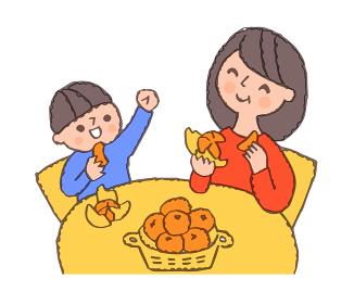 みかんを食べる母と男の子