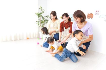 おばあちゃんと家で遊ぶ子供