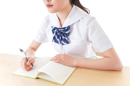 授業を受ける若い女子学生