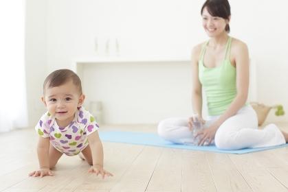 ハイハイをする赤ちゃんとヨガをするお母さん