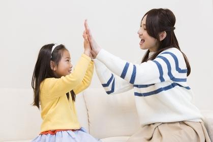 手遊びをする母子