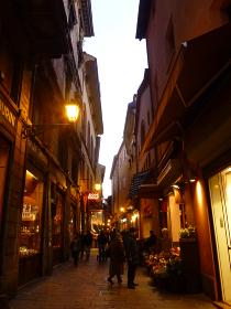 イタリア・ボローニャ市街地にて夜の路地裏ライトアップ