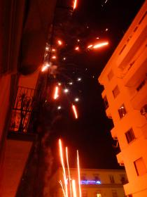 イタリア・ナポリにて年越しカウントダウン風物詩である市街地での爆竹