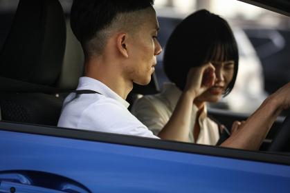 車の中で喧嘩するカップル