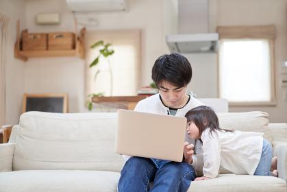 テレワーク中のパパの邪魔をするアジア人の子供