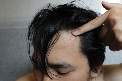 男性の濡れた髪と広いおでこ