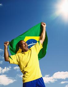 ブラジル国旗を持つサッカー選手