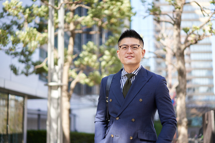 ビジネス街を歩くアジア人ビジネスマン