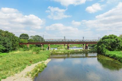 入間川橋梁を渡る西武池袋線の電車