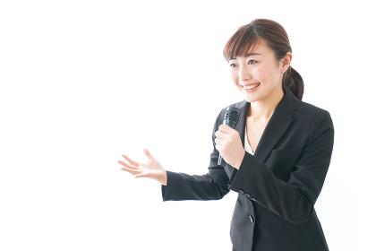 インタビュー・司会・プレゼンをするビジネスウーマン