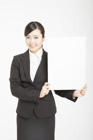 メッセージボードを持つ女性新入社員