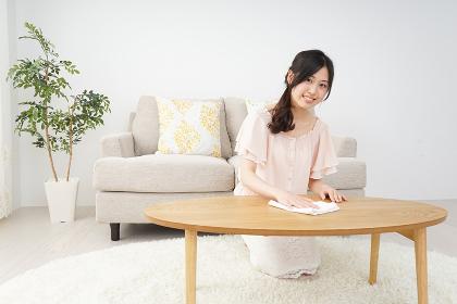 自宅を掃除する若い女性