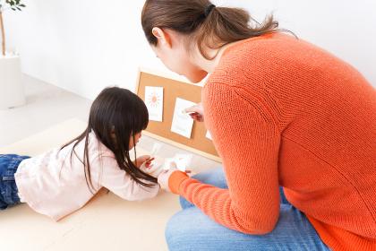 英会話教室でネイティブ教師と楽しく勉強をする子ども