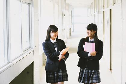 廊下に談笑する女子高生