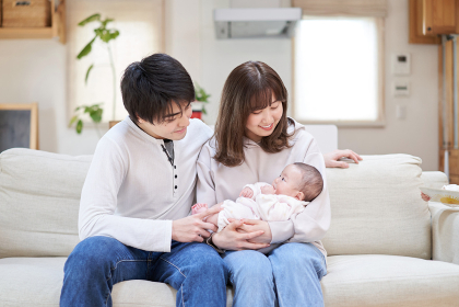 赤ちゃんを抱っこするアジア人ファミリー