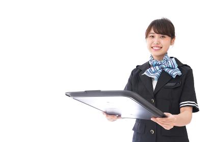 機内サービスをするキャビンアテンダント
