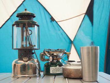キャンプで使う古いランプとトーチ