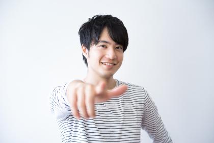 指差し・男性・カジュアル