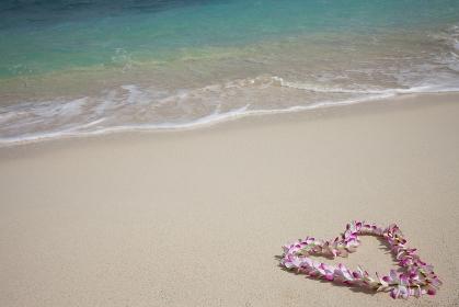 海とハート型に置かれたのレイ
