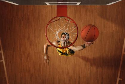 ダンクシュートをするバスケット選手