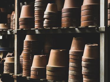 重ねられた植木鉢