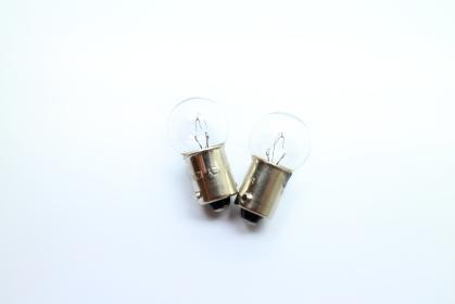 真ん中にある2つの電球