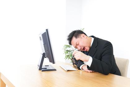 疲労を感じるビジネスパーソン