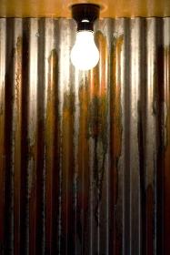 トタン壁と裸電球