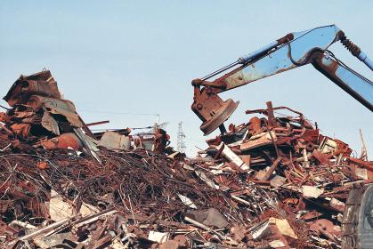 金属類の産業廃棄物とクレーン重機類