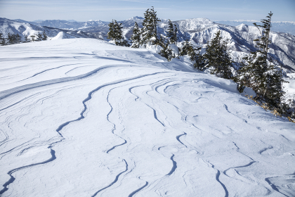 雪紋の向こうに広がる冬の山々