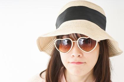ビーチで休日を過ごす若い女性