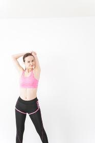スポーツウェアを着てストレッチをする外国人の女性