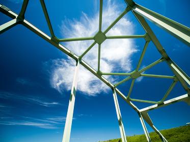 夏の青空と橋の鉄骨 8月