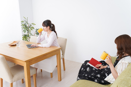 カフェにいる女性イメージ