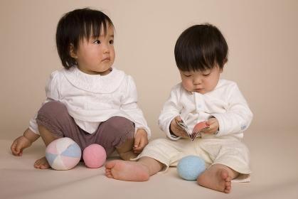 ボールで遊ぶ二人の赤ちゃん